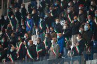 Borgmästare från Bergamo-provisen sjunger nationalsången inför matchen mellan Italien och Nederländerna.
