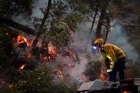 En brandman i Kalifornien kämpar mot elden.