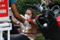 En skadad kvinna ats om hand i Mexico City.