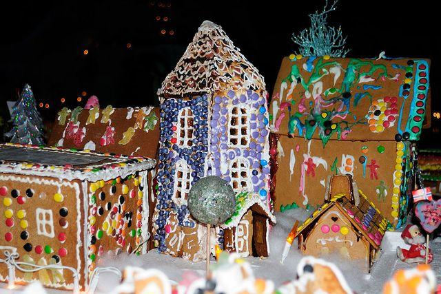 De små barnen som inte klarar av att bygga egna hus kan få varsitt att dekorera, plötsligt har familjen tillverkat en hel by.