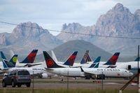 Över hela världen står flygplan parkerade (här i Arizona i USA) på grund av det minskade resandet. Arkivbild.