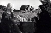 """En klassisk bild av Liemannen: Riddaren Antonius Block spelar schack med en kåpklädd Döden i Ingmar Bergmans """"Det sjunde inseglet"""" (1957). Riktigt så ser inte Döden ut i Belanner och Perssons ungdomsböcker."""