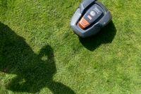 Robotgräsklippare i arbete på en gräsmatta i Kristianstad. Arkivbild.