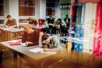 Klass 8e lägger pannan i djupa kreativa veck och skriver sin historia. Från vänster Jonatan Avango och Björn Wildenstam och därbakom Erik Ginell och Björn Wolf-Watz vid fönstret.