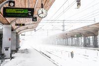 Inställda tåg och tomt på centralstationen i Umeå i snöovädret på tisdagen.