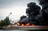 Allmänheten i Norra hamnen i Malmö uppmanades att hålla sig inomhus under torsdagen sedan en brand på en återvinningsanläggning orsakat kraftig rökutveckling i området.