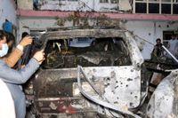 Afghanska journalister dokumenterar vraket av bilen som blev föremål för den amerikanska drönarattacken den 29 augusti.