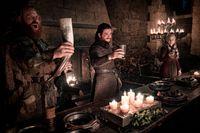 Kristofer Hivju, Kit Harington och Emilia Clarke festar med mer tidstypiska kärl. Arkivbild.
