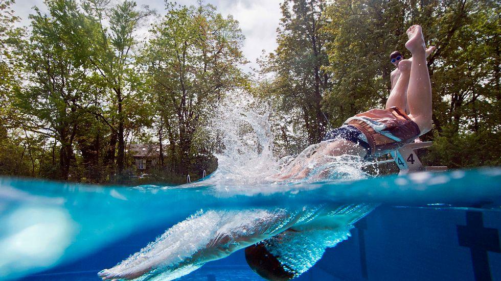 Dags att dra i gång poolen? Var aktsam med dropparna, råder experterna. Arkivbild.
