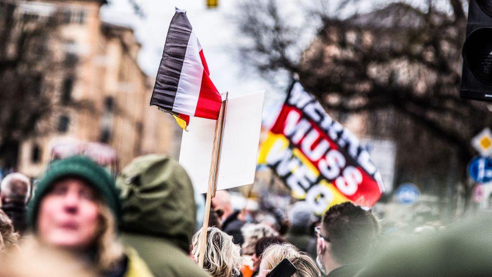 Konspirationsrörelsen Sabmyk har vuxit snabbt sedan Qanon delvis dog ut efter att Donald Trump  förlorade presidentvalet i USA. Bilden är hämtad från en anti-corona-demonstration i Tyskland där ledaren för Sabmyk tros finnas.