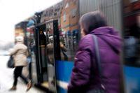 Busstrafiken reducerades och skapade överfulla SL-bussar. Arkivbild.