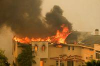 Branden sprider sig till ett hus i närheten av Malibusjön i Malibu i Kalifornien.