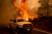 Bränder vid Butts Canyon Road i Lake County i USA-delstaten Kalifornien.