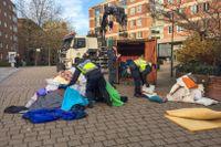 Ett 15-tal poliser har städat upp vid den plats där flera EU-migranter protesterar utanför stadshuset i Malmö.
