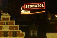 Stomatolskylten är Sveriges första och äldsta fungerande rörliga ljusreklam. Skylten sattes 1909 upp på gamla Katarinahissen vid Slussen. Sedan 1933 sitter den på fastigheten Klevgränd 1B.