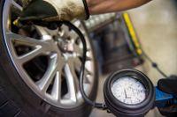 Nu startar den årliga däckrazzian. Den ska hjälpa bilförare att få kolla på sina däck. Och det ser bättre ut år för år. Men det finns en oroande trend. Arkivbild.