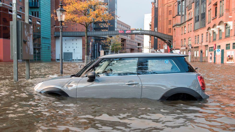 En bil på en översvämmad gata i Hamburg, Tyskland i helgen.