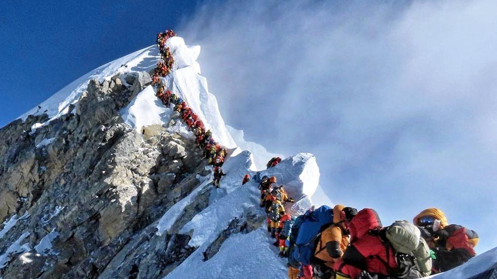 Kö av bergsbestigare på Mount Everest, fotografiet togs den 22 maj.