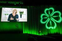 Centerns föräldrarlediga partiledare Annie Lööf hälsar stämmodeltagarna välkomna via videolänk när partiet inleder sin partistämma i Falun.