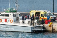 Grekiska kustbevakningen lämnar av minst fyra liksäckar på kajen efter nattens patrullering.