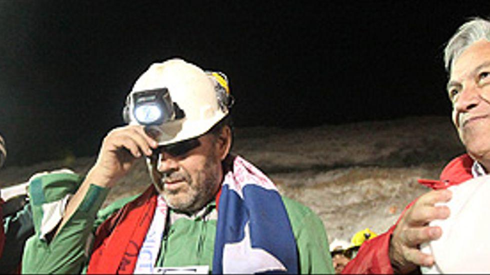 Den sista att tas upp ur gruvan, Luis Urzua, med president Sebastian Pinera.