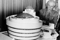 Frank Lloyd Wright framför sitt förslag på ett nytt Guggenheim-museum, 1945.