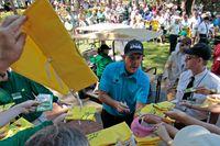 Phil Mickelson är ett populärt byte för autografjägarna på Augusta National.