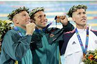 Amerikanen Klete Keller, till höger, efter att ha tagit brons på 400 meter fritt under OS i Aten 2004. I mitten guldmedaljören Ian Thorpe från Australien. Arkivbild.