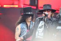 Slash och Axl i Guns N' Roses uppträder på Ullevi i somras. Arkivbild.