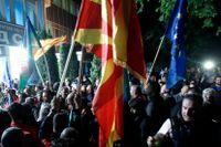Socialdemokratiska anhängare i Skopje viftar med Nordmakedoniens och EU:s flagga efter Stevo Pendarovskis seger i presidentvalet.