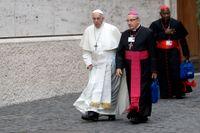 Belarusiske ärkebiskopen Tadeusz Kondrusiewicz, i svart och cerise, i samtal med påve Franciskus för två år sedan. Påven har nu bistått honom för att få komma hem till jul.