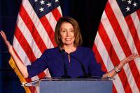 Demokraternas Nancy Pelosi, nuvarande minoritetsledare och sannolik ny talman i representanthuset, firar nattens valseger.