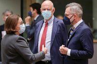 EU-minister Hans Dahlgren (i mitten) i samspråk med kollegorna Ana Paula Zacarias från Portugal och Michael Roth från Tyskland om de förhandlingar som nu förs om införandet av vaccinpass i EU.