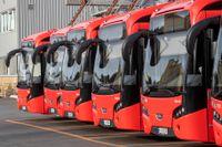 Bussarna i Oslo står kvar på parkeringen då stadens busschaufförer går ut i strejk.