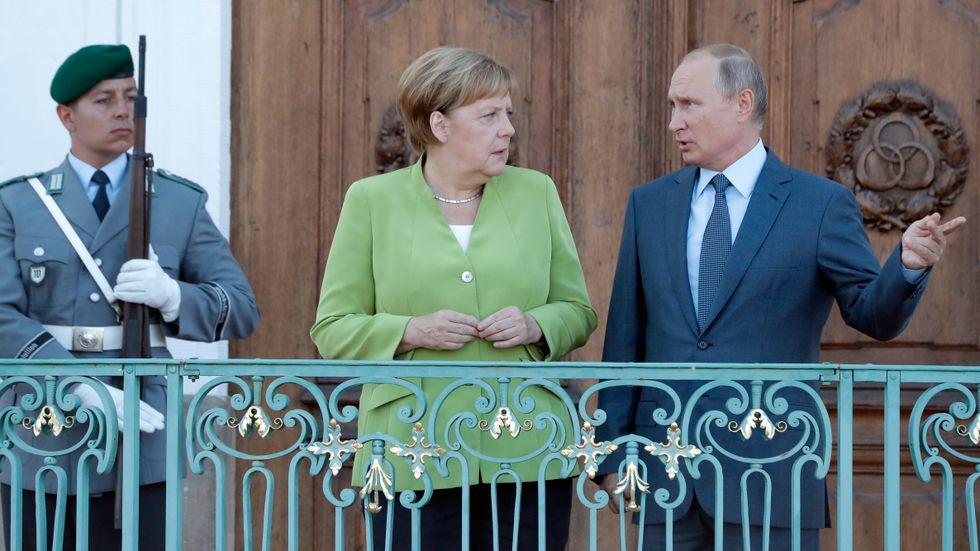 Förbundskansler Angela Merkel tar emot Rysslands president Vladimir Putin i slottet Meseberg utanför Berlin.