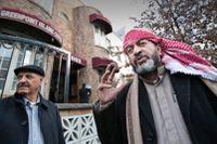 Imamen Yasin Alabbadi (till höger) utanf ör Greenpoint Islamic Center.