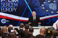 PIS-ledaren Jaroslaw Kaczynski talar vid partiets valvaka i söndags.