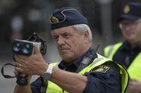 Trafikpolisen Fredrik Ståhle utför fartkontroll med laser på 30-sträckan utanför Mariaskolan på Södermalm.