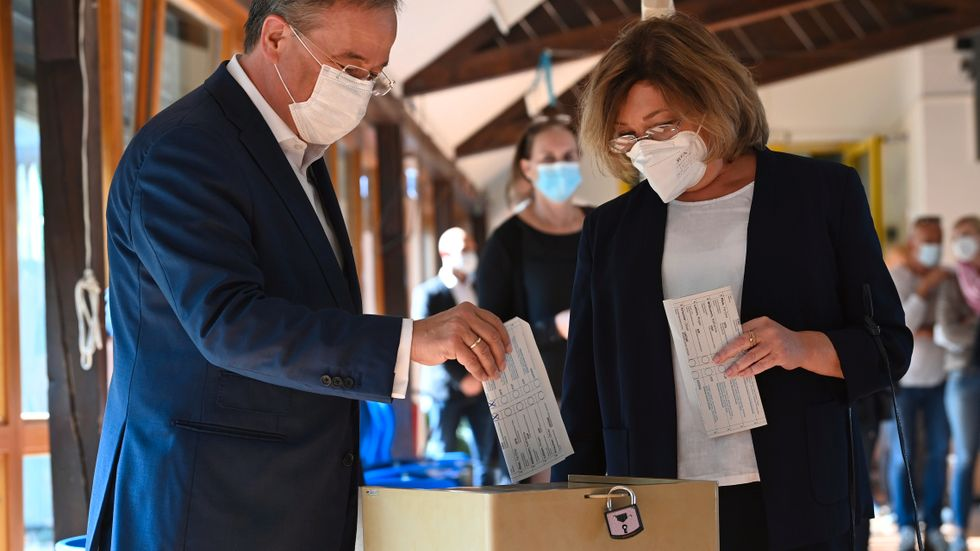 CDU-kandidaten Armin Laschet röstade i Aachen med sin fru Susanne.