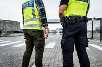 Gränspolis och tull blickar ut över Värtahamnen i Stockholm, där fordon kommer in i landet från färjorna.