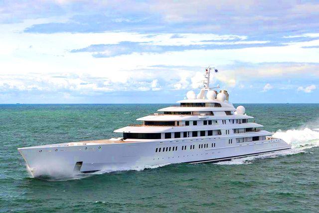 Världens längsta yacht, 180 meter långa Azzam, ägs av Förenade Arabemiratens president.