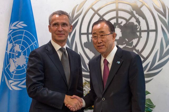 Hur farligt kan det vara att försvara sig tillsammans med socialdemokrater i våra grannländer - som Natos generalsekreterare Jens Stoltenberg, här med FN:s motsvarighet Ban Ki-moon.