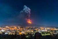 Den italienska vulkanen Etna, fotograferad från söder med staden Pedara i förgrunden.