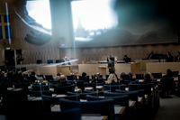 Statsminister Fredrik Reinfeldt pressades i riksdagen efter flera avslöjanden om Vattenfalls affärer i Nederländerna.