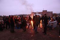 Demonstranter och boende har samlats i migrantlägret.