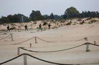 Israeliska soldater på stranden vid gränsen till Gaza.