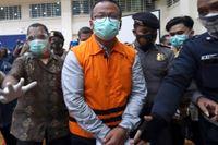 Två ministrar har på kort tid pekats ut som misstänkta för mutbrott i Indonesien. Bilden visar när fiskeriminister Edhy Prabowo förs bort efter att anklagelserna mot honom presenterats. Arkivbild.