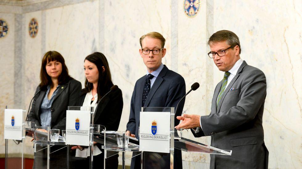 I juni 2012 presenterar Miljöpartiets Åsa Romson och Maria Ferm tillsammans med alliansregeringens migrationsminister Tobias Billström och socialminister Göran Hägglund en fördjupad uppgörelse gällande sjukvård för papperslösa och en fördjupad migrationsöverenskommelse.