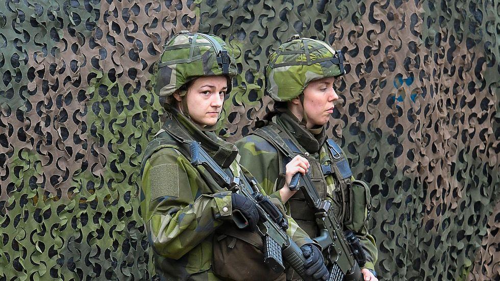 Två kvinnliga soldater på militärövningen Aurora förra året.