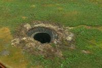 Ett slukhål i Sibirien på en bild från 2014 – nu kan man se ett nytt nästan identiskt hål i området.
